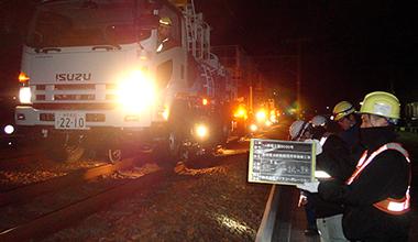 軌陸両用作業車の本線試験(夜間)